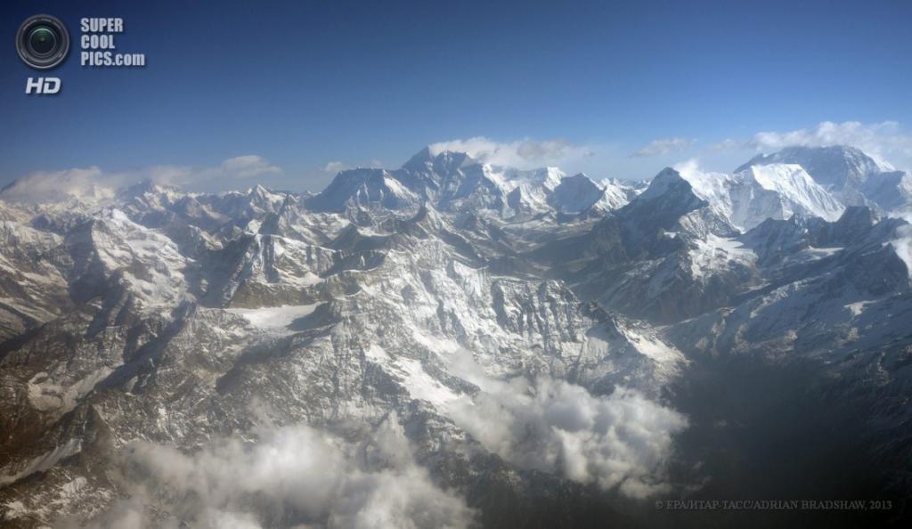 Непал. Гималаи. 3 апреля. Вид с самолёта на Эверест и другие гималайские вершины. (EPA/ИТАР-ТАСС/SABINA BHATTRAI)