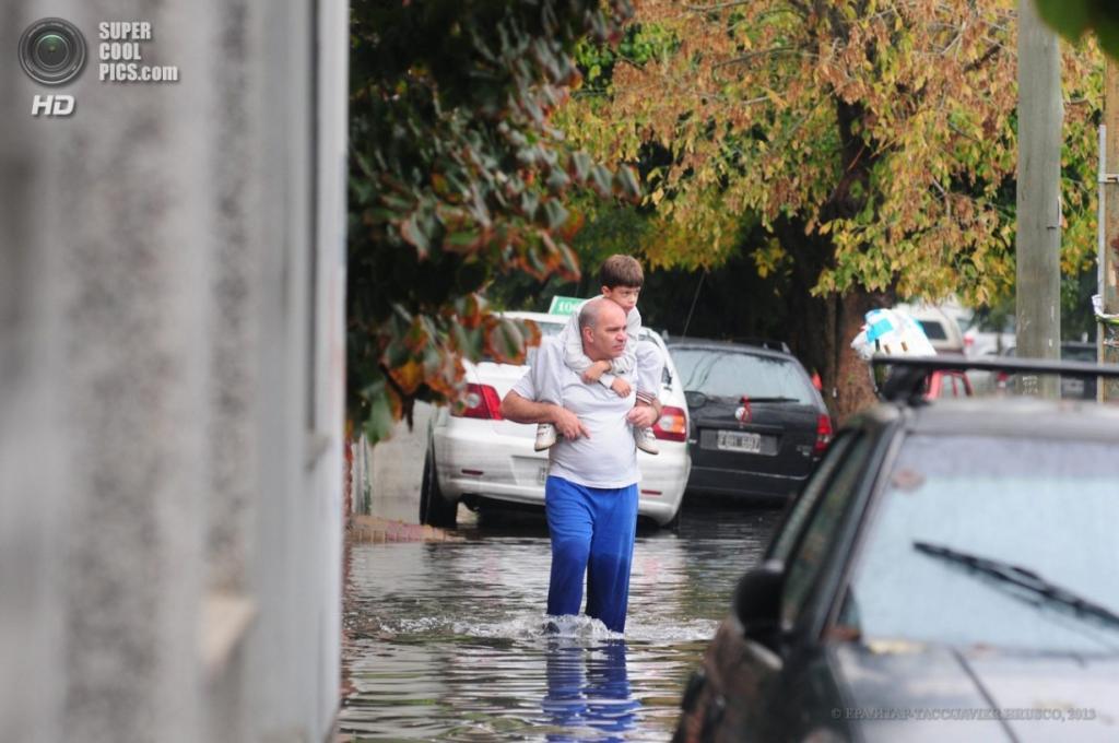 Аргентина. Ла-Плата, Буэнос-Айрес. 3 апреля. Отец с сыном на плечах. (EPA/ИТАР-ТАСС/JAVIER BRUSCO)