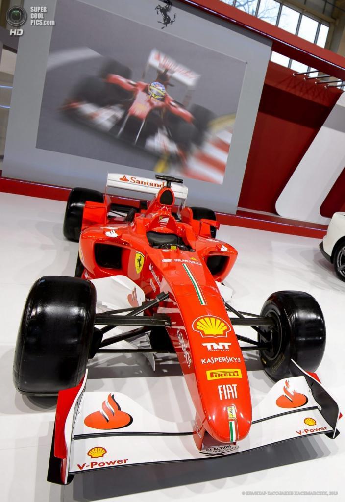 Польша. Познань. 4 апреля. Болид «Формулы-1» Scuderia Ferrari среди автомобилей Познаньского международного автосалона 2013. (EPA/ИТАР-ТАСС/JAKUB KACZMARCZYK)