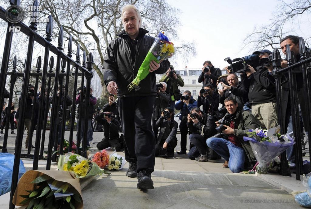 Англия. Лондон. 8 апреля. Доброжелатели кладут цветы у входа в дом экс-премьер-министра. (EPA/ИТАР-ТАСС/ANDY RAIN)