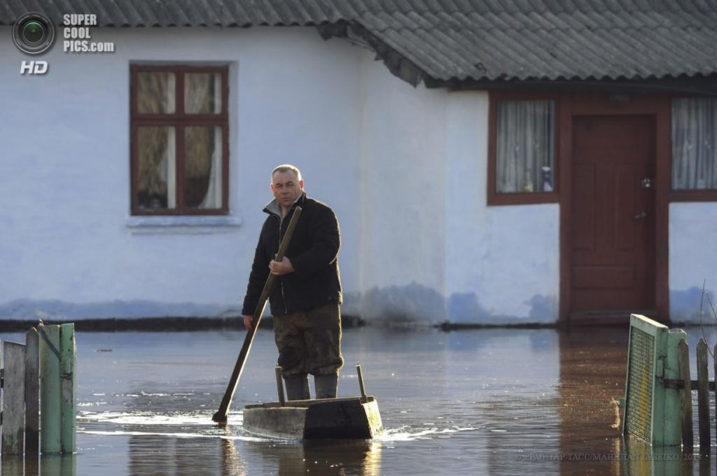 Украина. Межиречье, Львовская область. 8 апреля. Наводнение на Западной Украине. (EPA/ИТАР-ТАСС/MARKIIAN LYSEIKO)