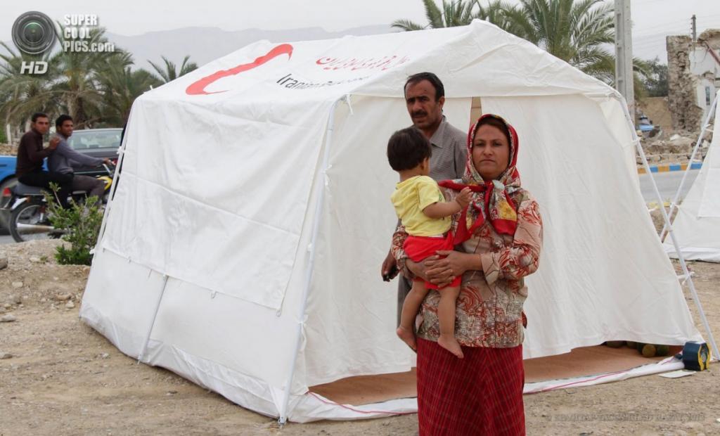 Иран. Шонбе, Бушир. 10 апреля. Иранская семья, потерявшая дом после землетрясения магнитудой 6,3 балла. (EPA/ИТАР-ТАСС/MILAD RAFAT)