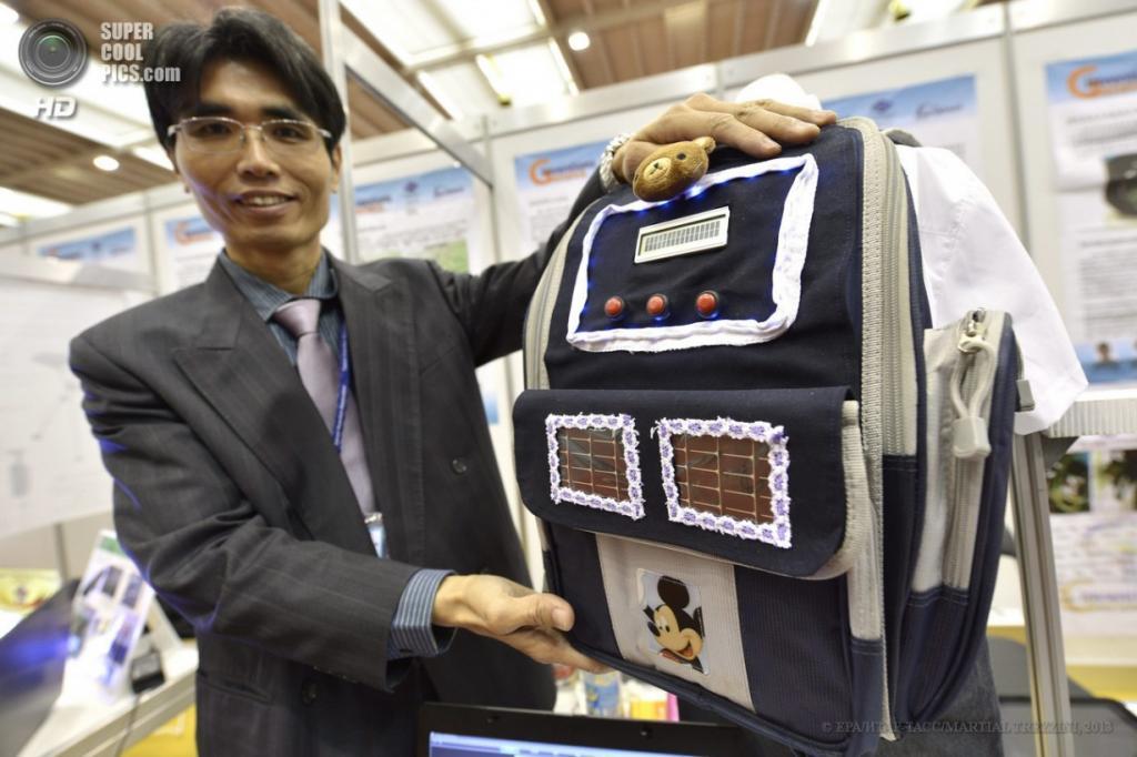 Швейцария. Женева. 10 апреля. Чэнь Хсин-Фэн из Тайваня презентует «умный» рюкзак для школьников, который уведомит хозяина при перегрузе, во время 41-й Международной выставки инноваций. (EPA/ИТАР-ТАСС/MARTIAL TREZZINI)