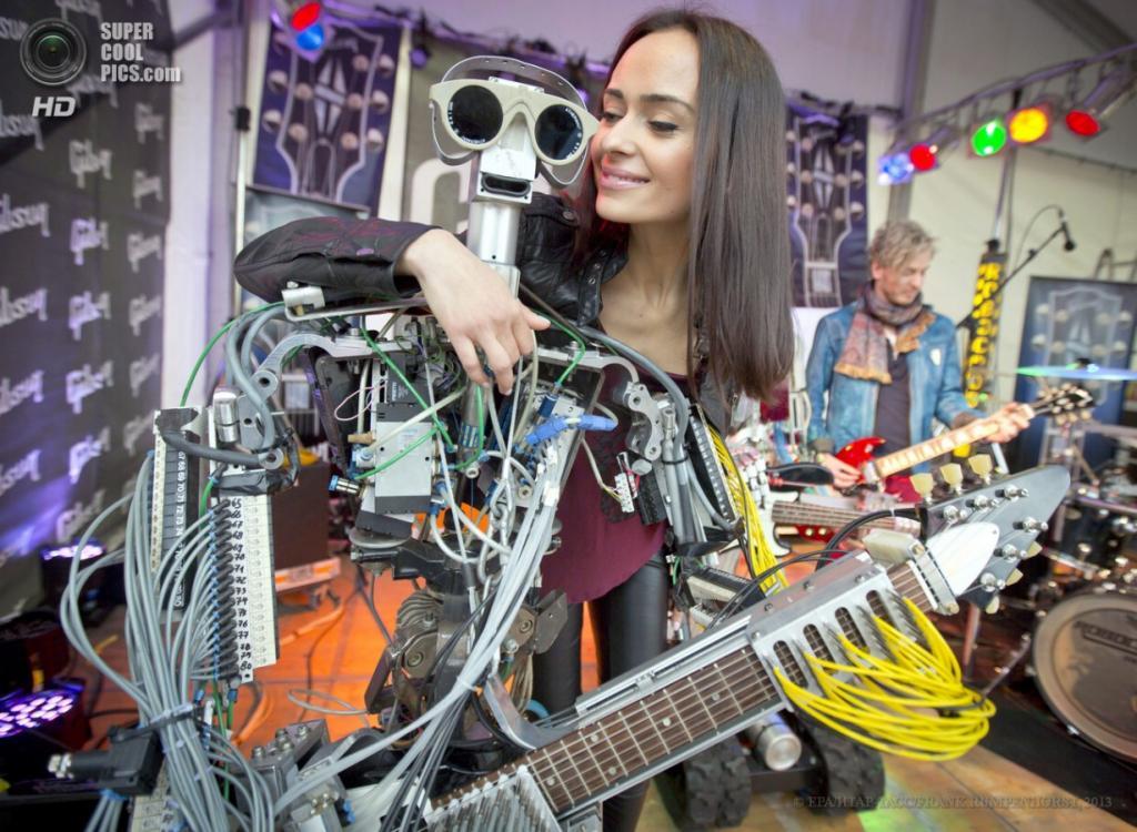 Германия. Франкфурт-на-Майне, Гессен. 9 апреля. Модель обнимает роботического гитариста по имени Фингерс на международной выставке музыкальной индустрии Musikmesse 2013. (EPA/ИТАР-ТАСС/FRANK RUMPENHORST)