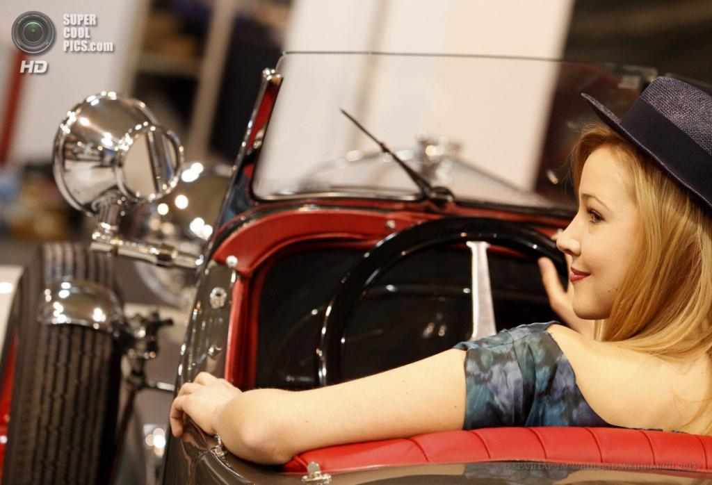 Германия. Эссен, Северный Рейн — Вестфалия. 10 апреля. Девушка за рулём Opel 1.8 L 1933 г.в. на 25-й выставке олдтаймеров Techno-Classica Essen. (EPA/ИТАР-ТАСС/ROLAND WEIHRAUCH)