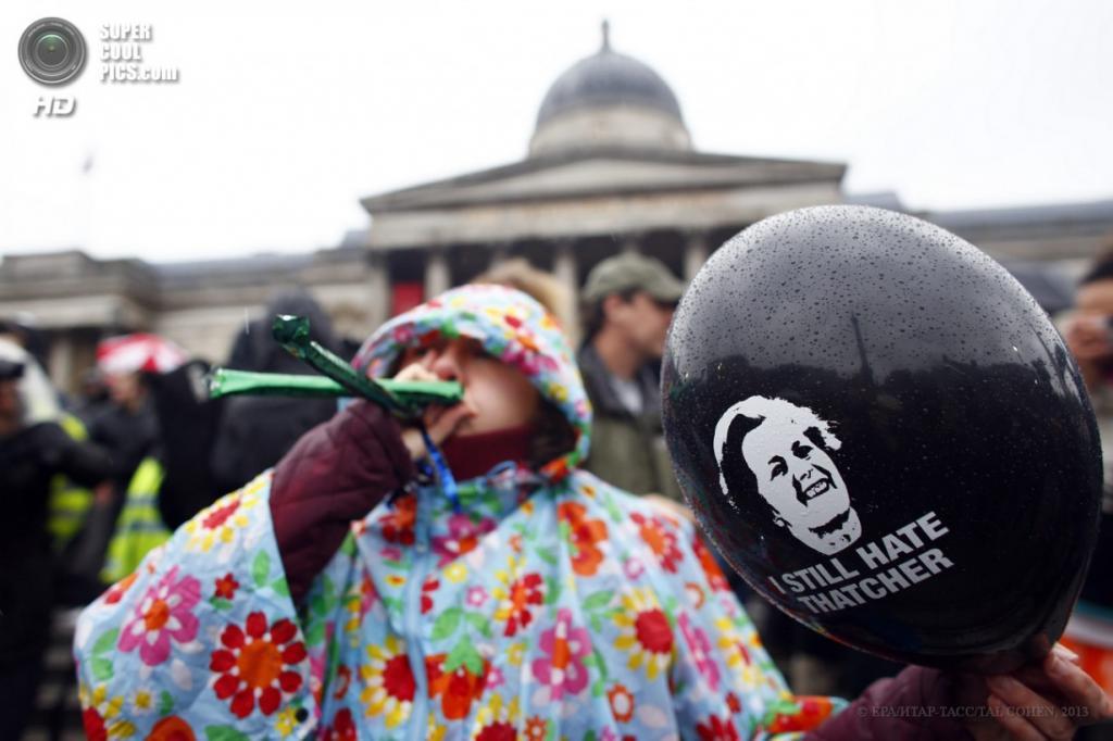 Англия. Лондон. 13 апреля. Акция против политики Маргарет Тэтчер на Трафальгарской площади. (EPA/ИТАР-ТАСС/TAL COHEN)