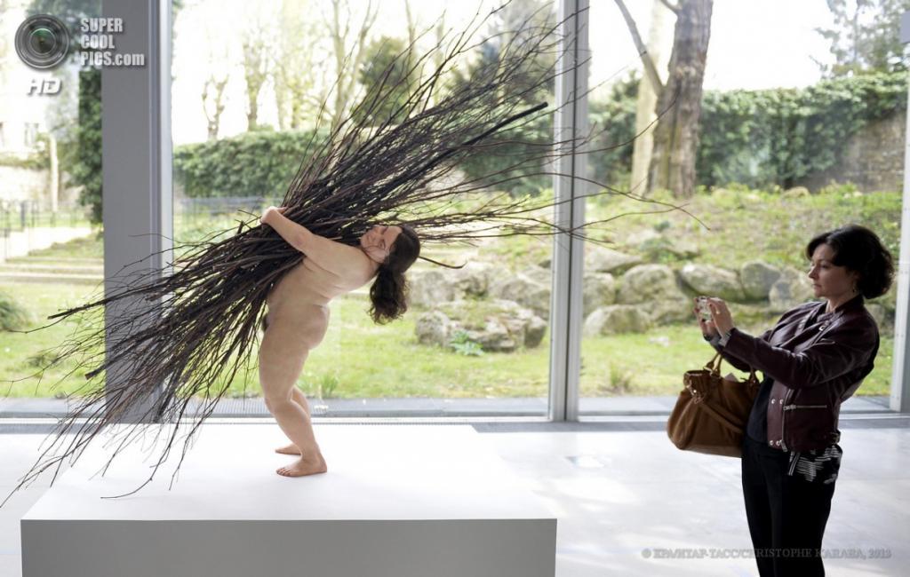 Франция. Париж. 15 апреля. Скульптура «Женщина с хворостом». (EPA/ИТАР-ТАСС/CHRISTOPHE KARABA)