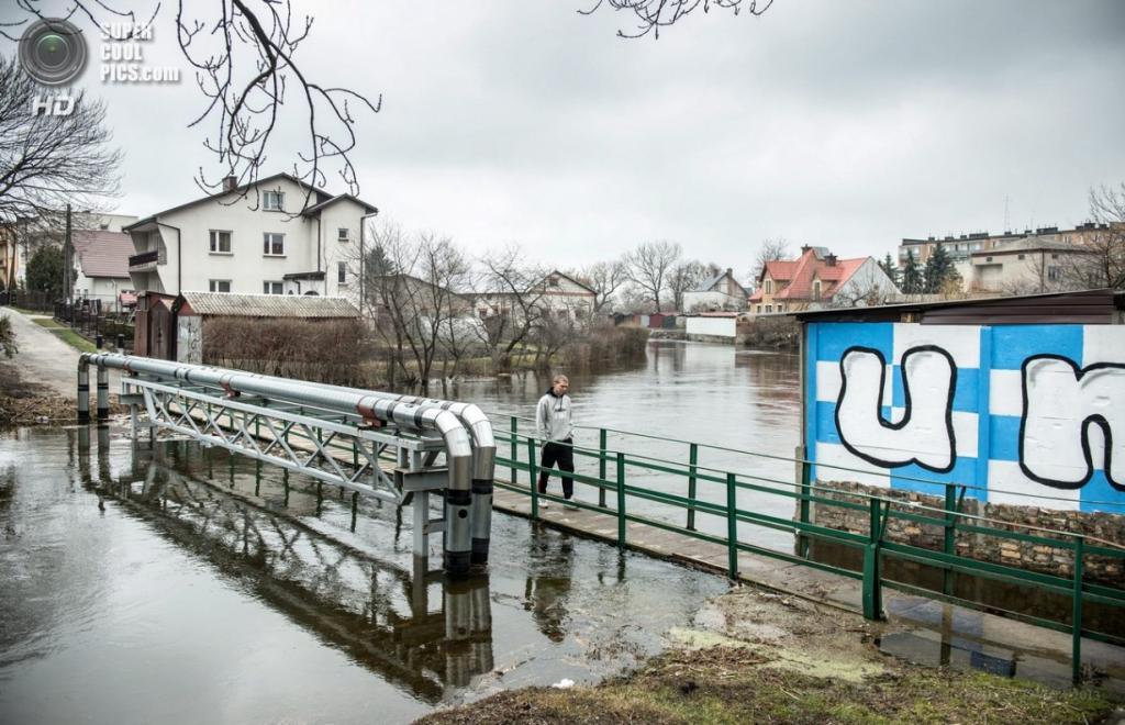 Польша. Грубешов, Люблинское воеводство. 14 апреля. Затопленные районы города. (EPA/ИТАР-ТАСС/WOJCIECH PACEWICZ)