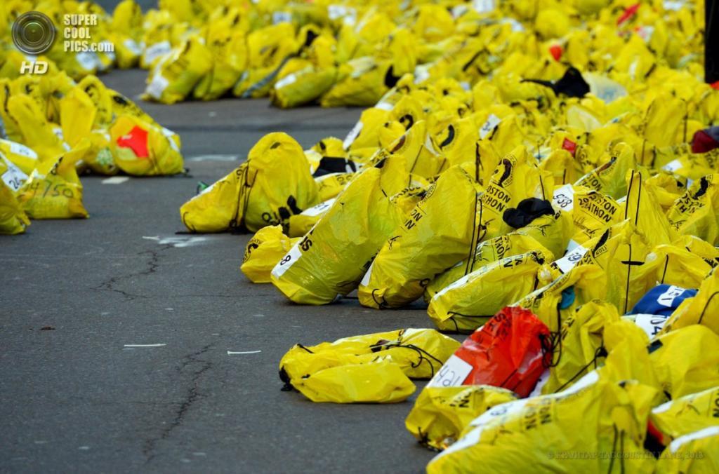 США. Бостон, Массачусетс. 16 апреля. Вещи, оставленные на месте взрывов. (EPA/ИТАР-ТАСС/JUSTIN LANE)