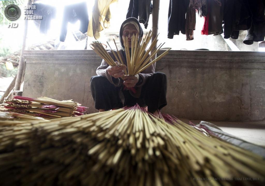 Вьетнам. Хынгйен. 16 апреля. Производство ароматических палочек. (EPA/ИТАР-ТАСС/LUONG THAI LINH)