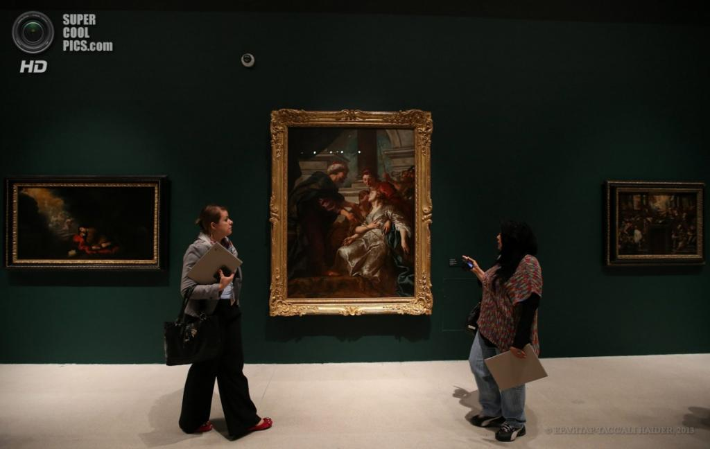 ОАЭ. Абу-Даби. 16 апреля. Картина «Эстер перед Артаксерксом» (в центре) французского художника Жан-Франсуа де Труа. (EPA/ИТАР-ТАСС/ALI HAIDER)