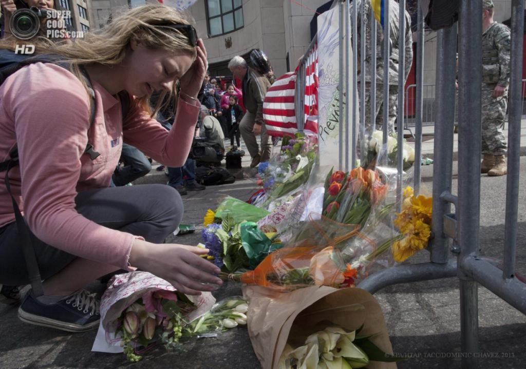 США. Бостон, Массачусетс. 16 апреля. Возложение цветов у Бойлстон-стрит близ места теракта на Бостонском марафоне. (EPA/ИТАР-ТАСС/DOMINIC CHAVEZ)