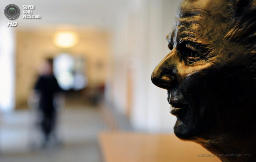 Англия. Лондон. 18 апреля. Бронзовая статуя Маргарет Тэтчер в Королевском госпитале в Челси. (EPA/ИТАР-ТАСС/ANDY RAIN)