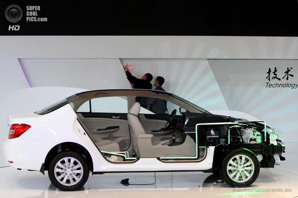 Китай. Шанхай. 21 апреля. Подготовка к презентации гибридного седана BYD Green Hybrid. (EPA/ИТАР-ТАСС/WU HONG)