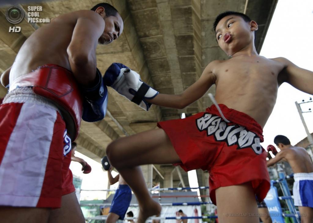 Таиланд. Бангкок. 20 марта. Удар коленом от «Рэмбо» — каждый такой выпад сопровождается забавным выпячиванием губ. (EPA/ИТАР-ТАСС/RUNGROJ YONGRIT)