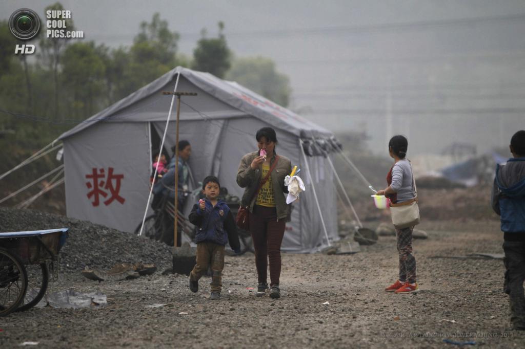Китай. Яань, Сычуань. 22 апреля. Временное убежище для пострадавших. (EPA/ИТАР-ТАСС/HOW HWEE YOUNG)
