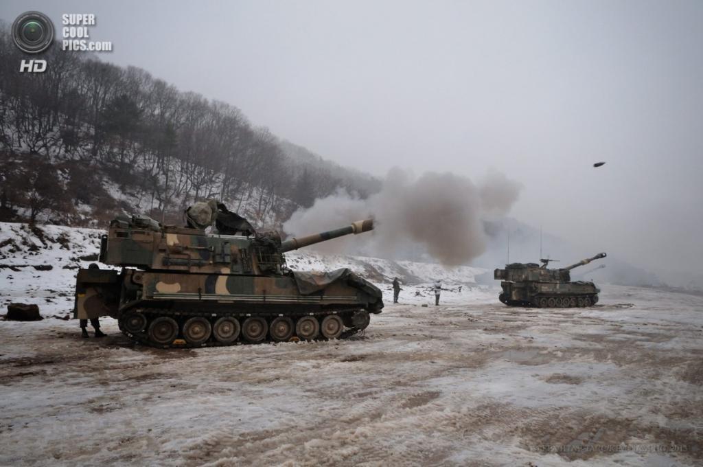 Южная Корея. Пхаджу, Кёнгидо. Военные учения южнокорейской армии по использованию самоходных артиллерийских установок K55A1. (EPA/ИТАР-ТАСС/KIM NAM-HO)