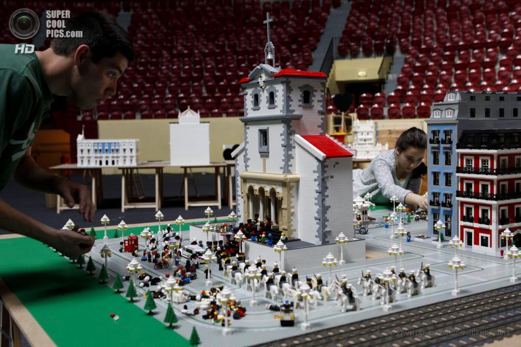Португалия. Лиссабон. 24 апреля. Подготовка к выставке скульптур из Lego. (EPA/ИТАР-ТАСС/HUGO GUERRA)