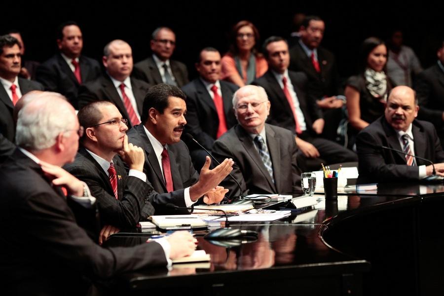 Новый кабинет министров Венесуэлы приведён к присяге (2 фото)