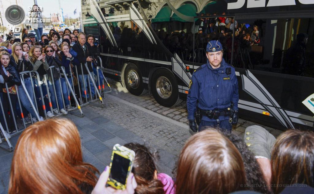 Швеция. Стокгольм. 23 апреля. Полицейский на страже у концертного автобуса Джастина Бибера. (ЕРА/ИТАР-ТАСС/LEO SELLEN)