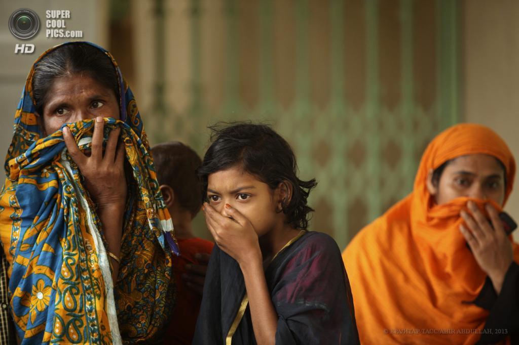 Бангладеш. Савар, Дакка. 25 апреля. Во время опознания погибших. (EPA/ИТАР-ТАСС/ABIR ABDULLAH)