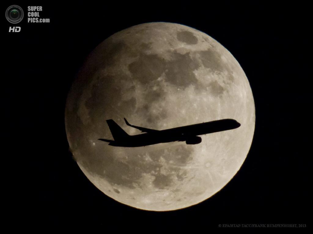 Германия. Франкфурт-на-Майне, Гессен. 25 апреля. Частичное лунное затмение. (EPA/ИТАР-ТАСС/FRANK RUMPENHORST)