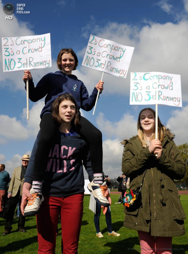 Англия. Лондон. 27 апреля. Акция протеста против расширения аэропорта «Хитроу». (EPA/ИТАР-ТАСС/FACUNDO ARRIZABALAGA)
