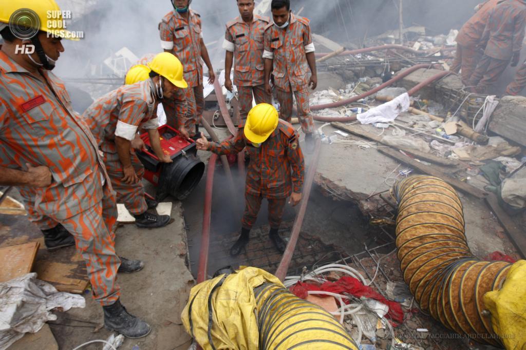 Бангладеш. Савар, Дакка. 29 апреля. Пожарные работают на месте обрушения здания. (EPA/ИТАР-ТАСС/ABIR ABDULLAH)