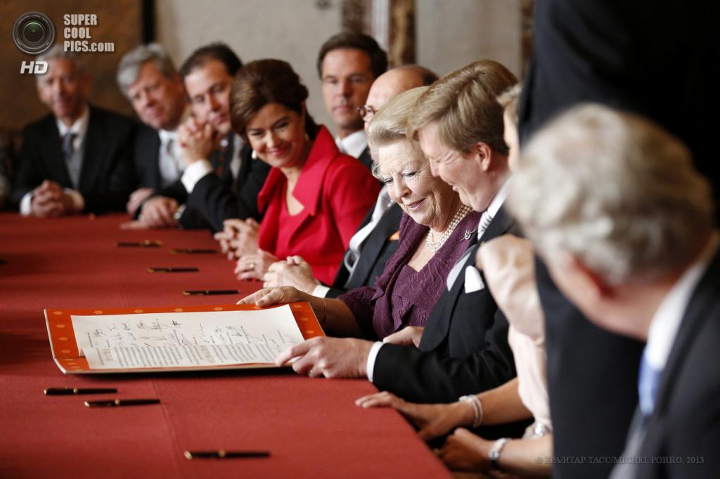 Нидерланды. Амстердам. 30 апреля. Королева Беатрикс во время подписания акта об отречении от престола. (EPA/ИТАР-ТАСС/MICHEL PORRO)