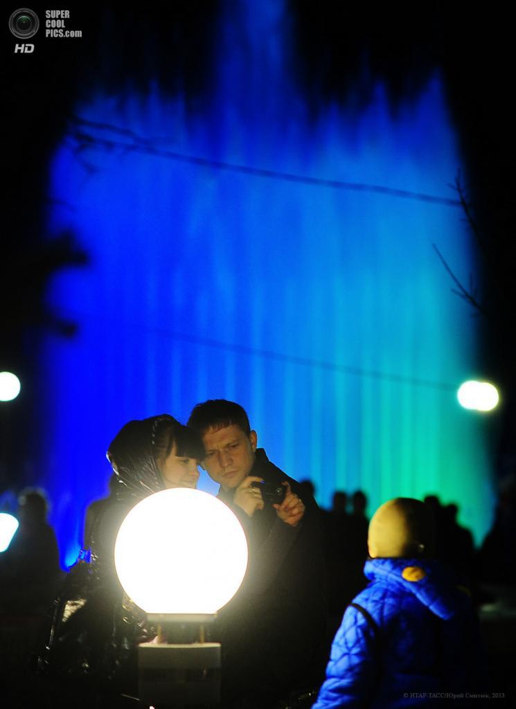 Россия. Владивосток, Приморский край. 30 апреля. Жители города у фонтана на улице Адмирала Фокина. (ИТАР-ТАСС/Юрий Смитюк)