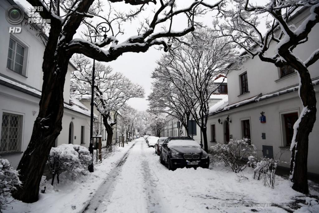 Польша. Варшава. 1 апреля. Снегопады продолжаются. (EPA/ИТАР-ТАСС/TOMASZ GZELL)