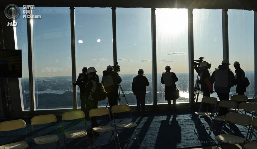 США. Нью-Йорк. 2 апреля. На смотровой площадке строящейся «Башни свободы». (EPA/ИТАР-ТАСС/ANDREW GOMBERT)
