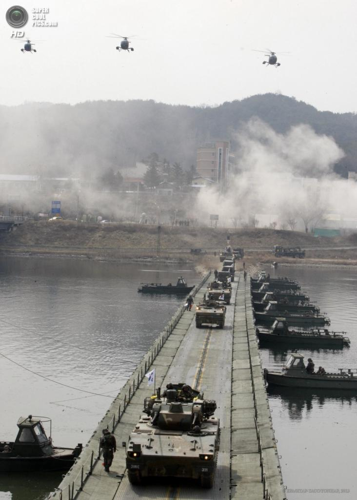 Южная Корея. Хвачхон, Канвондо. 1 апреля. Военные учения в рамках подготовки к возможным провокациям со стороны Северной Кореи. (EPA/ИТАР-ТАСС/YONHAP)