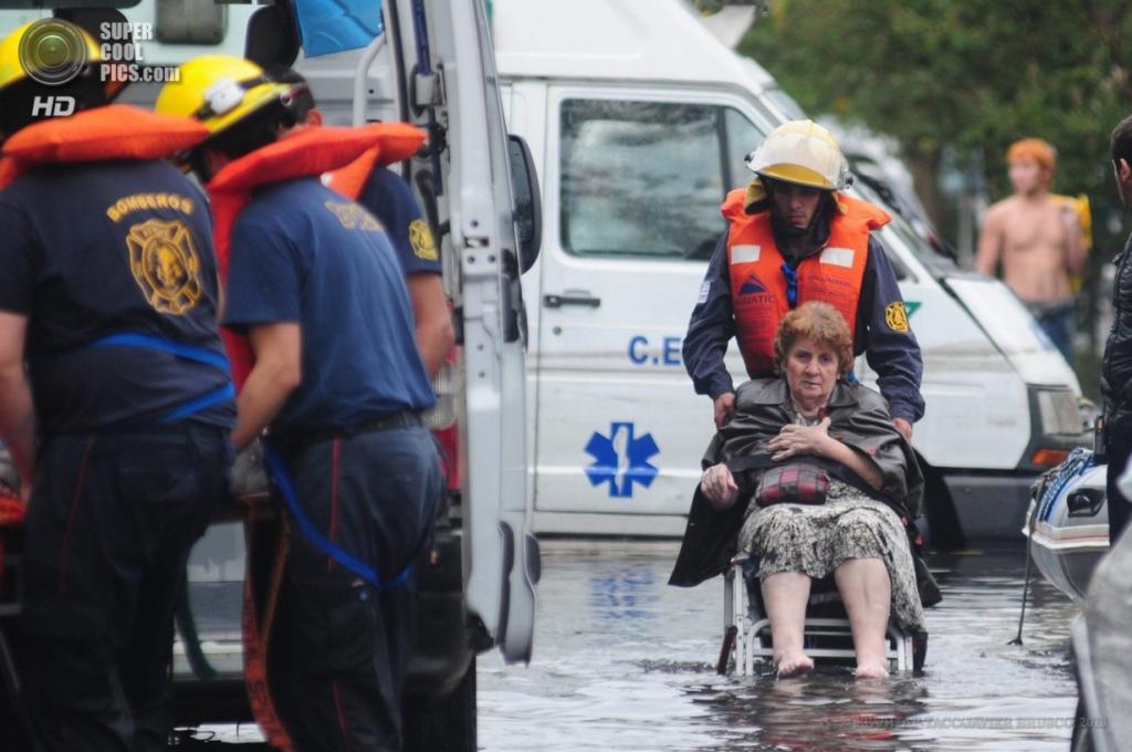 Аргентина. Ла-Плата, Буэнос-Айрес. 3 апреля. Спасатели эвакуируют местных жителей. (EPA/ИТАР-ТАСС/JAVIER BRUSCO)