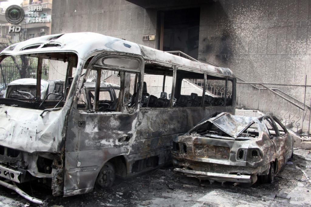 Сирия. Дамаск. 8 апреля. Взрыв автомобиля близ площади Сабаа-Бухейрат. (EPA/ИТАР-ТАСС/YOUSSEF BADAWI)