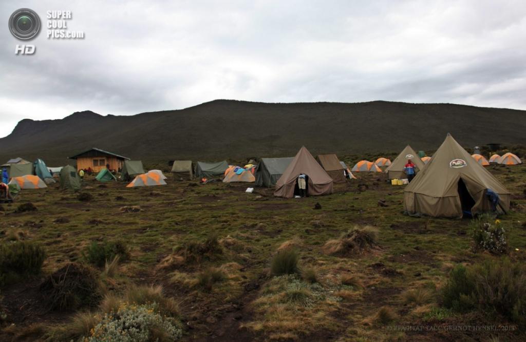 Танзания. Килиманджаро. 9 февраля. Палаточный лагерь «Шира-1» маршрута Лемошо на высоте 3 500 метров. (EPA/ИТАР-ТАСС/GERNOT HENSEL)
