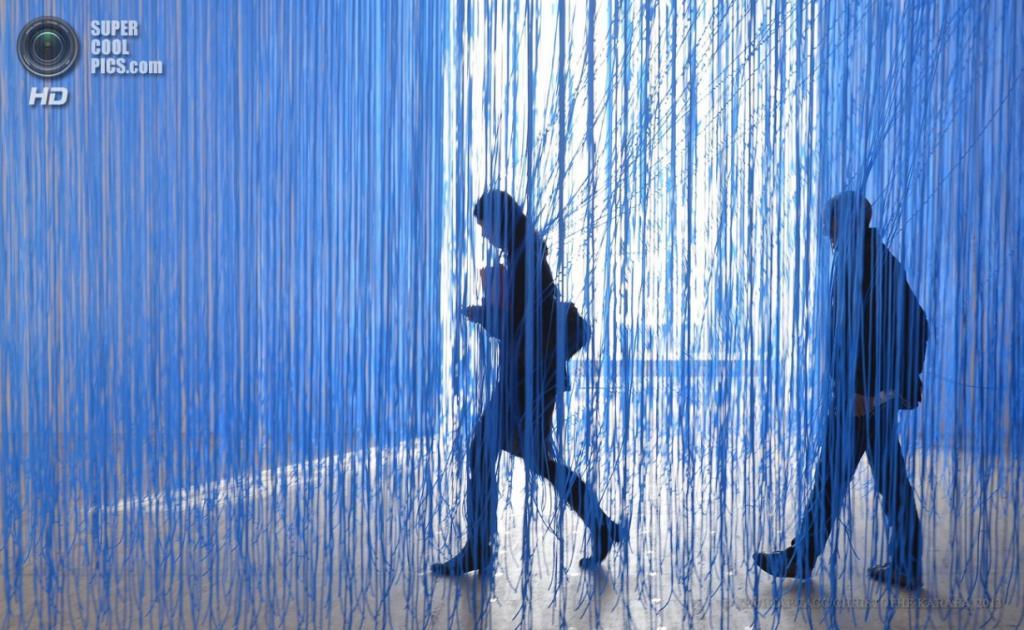 Франция. Париж. 9 апреля. Выставка «Динамо: Век света и движения в искусстве, 1913—2013». (EPA/ИТАР-ТАСС/CHRISTOPHE KARABA)
