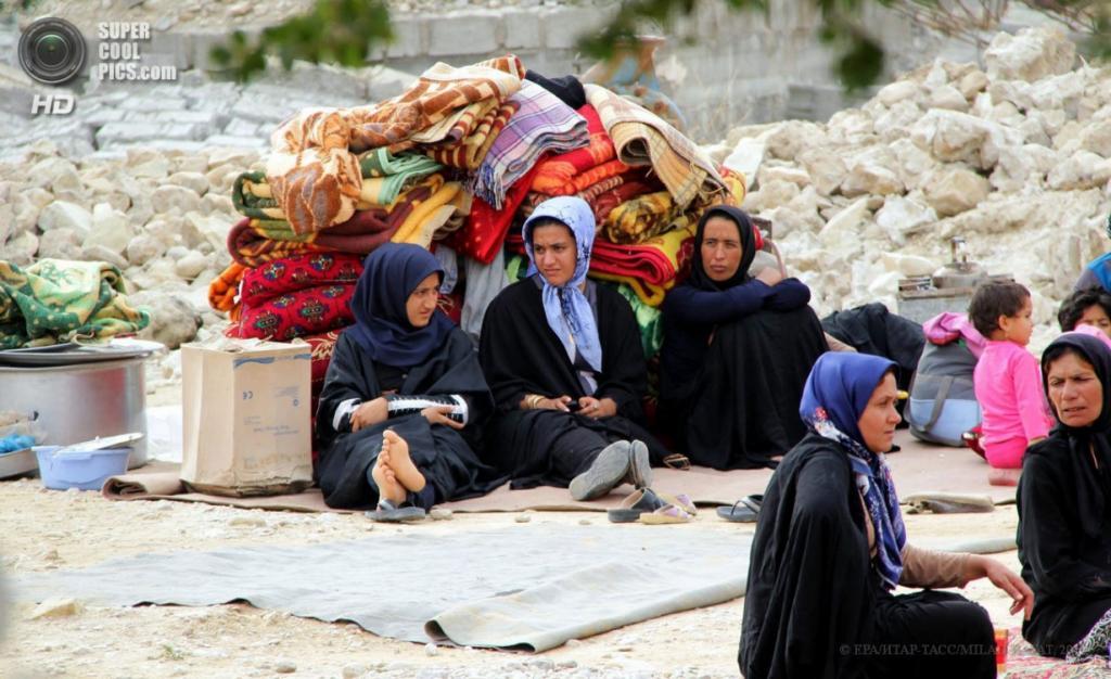 Иран. Шонбе, Бушир. 10 апреля. Женщины у руин после землетрясения магнитудой 6,3 балла. (EPA/ИТАР-ТАСС/MILAD RAFAT)