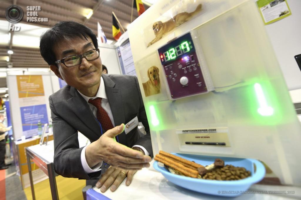 Швейцария. Женева. 10 апреля. Парк Ду Хван из Южной Кореи презентует автомат для кормления домашних питомцев, который можно запрограммировать на выдачу еды в определённое время и в определённом количестве, общаясь с животным при помощи предварительно записанных реплик, во время 41-й Международной выставки инноваций. (EPA/ИТАР-ТАСС/MARTIAL TREZZINI)