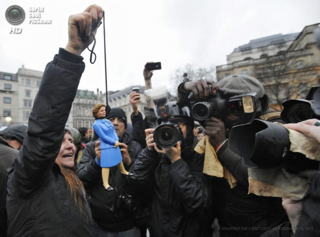 Англия. Лондон. 13 апреля. Акция против политики Маргарет Тэтчер на Трафальгарской площади. (EPA/ИТАР-ТАСС/FACUNDO ARRIZABALAGA)