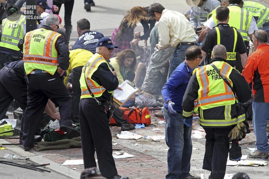 США. Бостон, Массачусетс. 15 апреля. Работники экстренных служб оказывают помощь пострадавшим. (EPA/ИТАР-ТАСС/STUART CAHILL/THE BOSTON HERALD)
