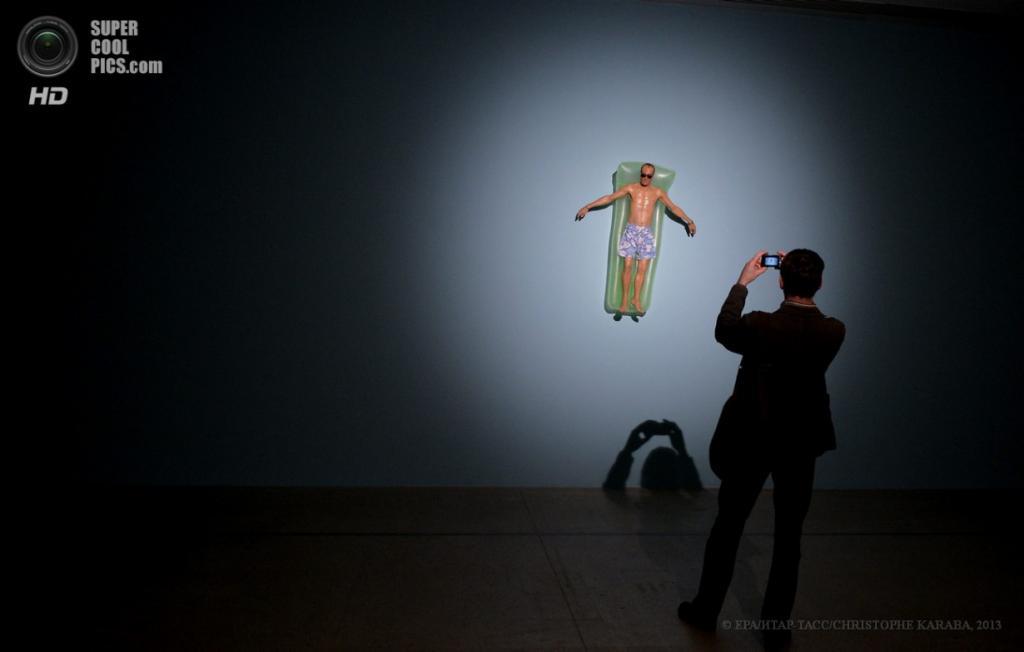 Франция. Париж. 15 апреля. Скульптура «Дрейф». (EPA/ИТАР-ТАСС/CHRISTOPHE KARABA)