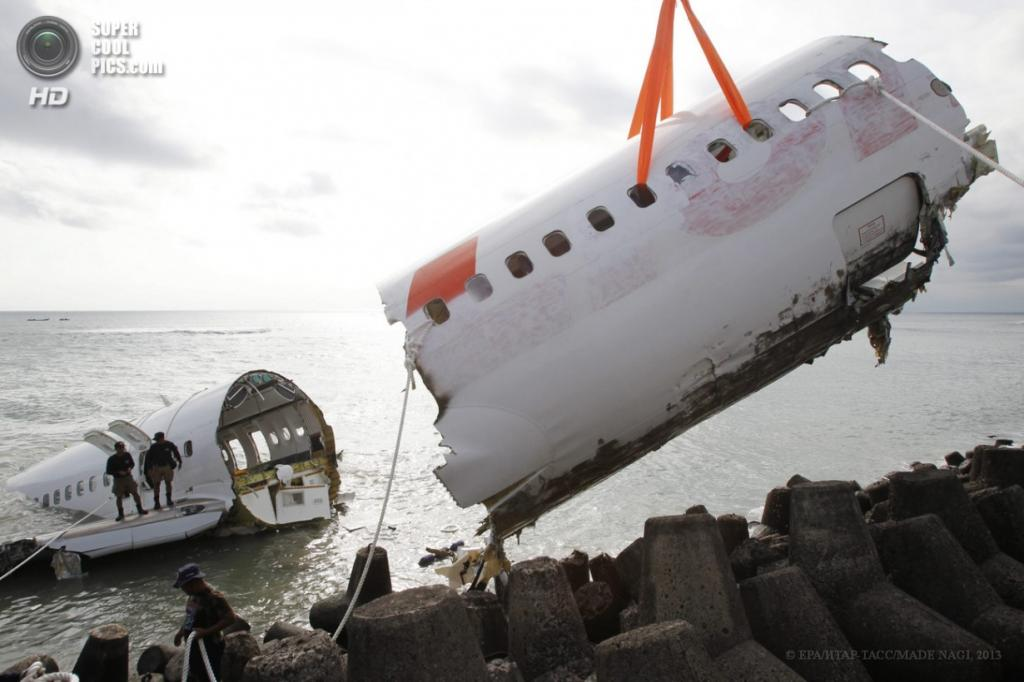 Индонезия. Бали. 17 апреля. Демонтаж самолёта Lion Air, потерпевшего крушение. (EPA/ИТАР-ТАСС/MADE NAGI)