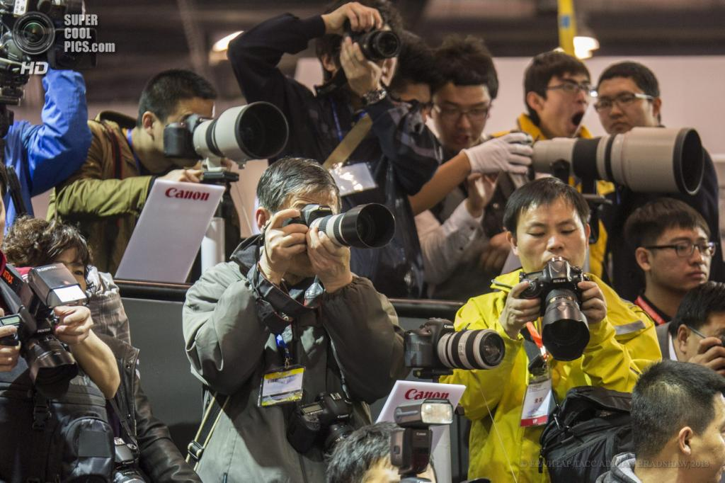 Китай. Пекин. 19 апреля. Фотографы «снимают пробу» с новинок Canon. (EPA/ИТАР-ТАСС/ADRIAN BRADSHAW)