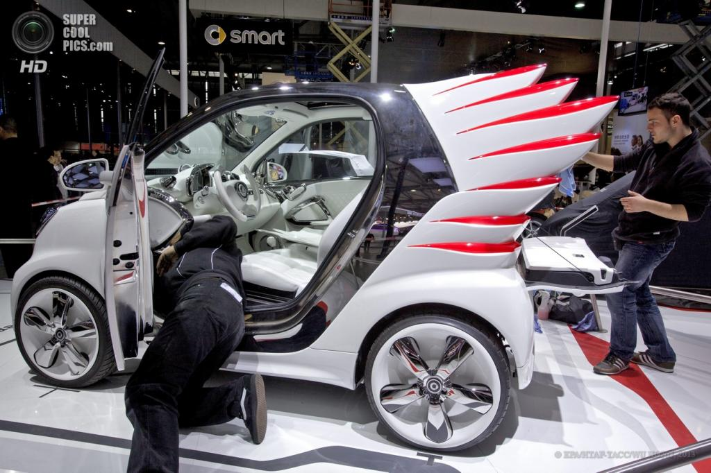 Китай. Шанхай. 21 апреля. Техник возится со Smart forgeremy. (EPA/ИТАР-ТАСС/WU HONG)