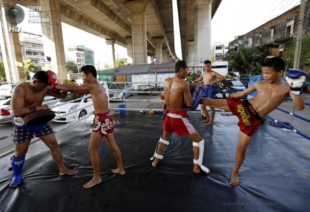 Таиланд. Бангкок. 21 марта. Тренировки в уличном лагере под мостом в трущобах столицы. (EPA/ИТАР-ТАСС/RUNGROJ YONGRIT)