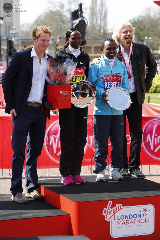 Англия. Лондон. 21 апреля. Победители марафона позируют для фото с принцем Гарри и основателем корпорации Virgin Ричардом Брэнсоном. (EPA/ИТАР-ТАСС/TAL COHEN)