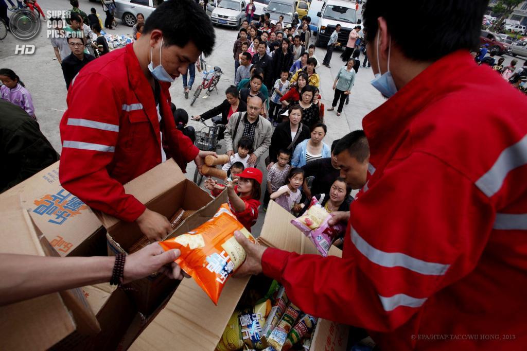 Китай. Яань, Сычуань. 21 апреля. Раздача продуктов питания пострадавшим. (EPA/ИТАР-ТАСС/WU HONG)