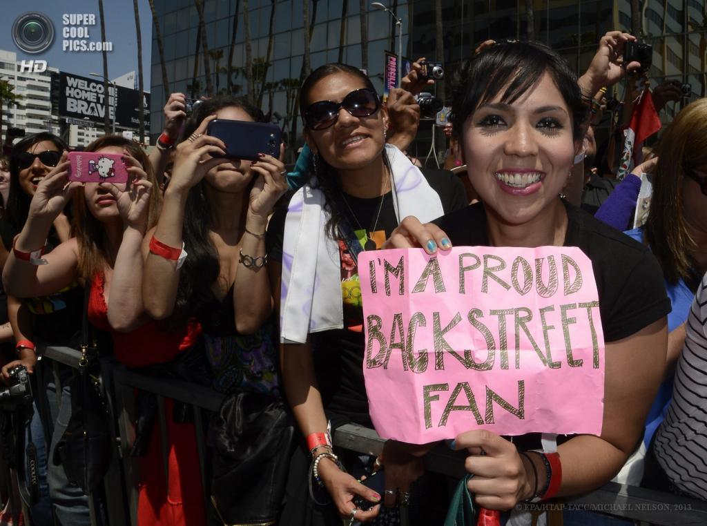 США. Лос-Анджелес, Калифорния. 22 апреля. Фанаты группы Backstreet Boys. (EPA/ИТАР-ТАСС/MICHAEL NELSON)