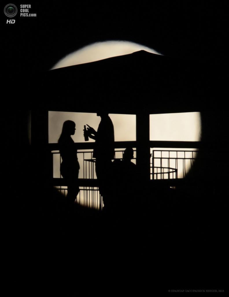 Германия. Фрайбург-в-Брайсгау, Баден-Вюртемберг. 25 апреля. Частичное лунное затмение. (EPA/ИТАР-ТАСС/PATRICK SEEGER)